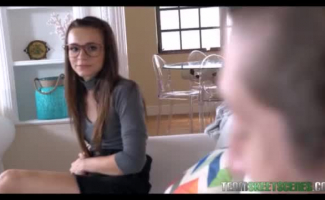 Adolescente Nerd Com óculos Gosta De Chupar E Foder Como Um Profissional Quando O Namorado Dela Está Com Tesão