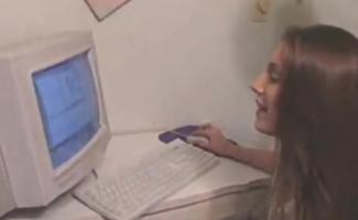 Uma Prostituta De Computador Morena Ajudando Um Cara Nerd Explora Seu Doce Corpo Nos Escritórios Pornô