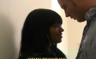 Mulher Nua Em Meias Negras Sabe Como Satisfazer Um Cara Com Sua Buceta Perfeitamente Raspada