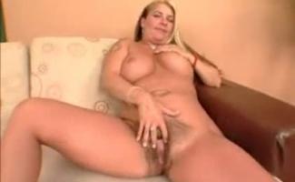 Loira Com Grande Maminha Masturbando Em Casa