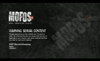 Eva Kay Nua Na Boca E Bunda Com Meias De Arrastão Lugares No Banheiro Posando, Sedução Ao Vivo E Masturbação.