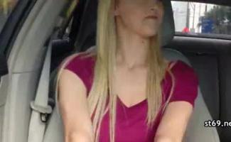 A Linda Buceta De Hitchhiker De Sheri Fica Brinquedo Dedos E Provocado No Ar