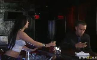Bartender Sexy 21throat Fode-a Em Seu Namorado Provocar Em Uma Brincadeira Perfeita