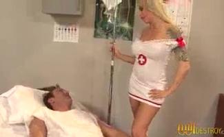 Grande Enfermeira De Espólio Está Tendo Sua Buceta Comido