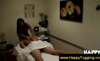 Massagista Asiática Lambendo Seus Clientes Raspados Peitos Sobre