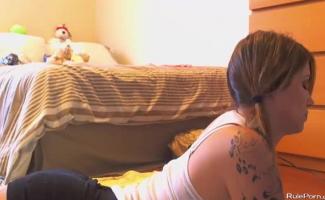 Adolescente Pigtailed Bateu No Sofá Pelos Lezzies Com Tesão Em Casting Porn