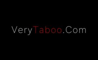 Duas Garotas Adolescentes Peitudas Estão Montando Dildos Na Cama, Enquanto Os Caras Com Tesão Estão Fazendo Vídeos De Voyeur