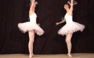 A Bailarina Voluptuosa Está Vestindo Meias Pretas E Eróticas Enquanto Espera Que Seu Cara Venha Ao Seu Lugar