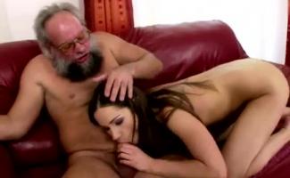 Vídeo Pornô Vovô Comendo A Neta