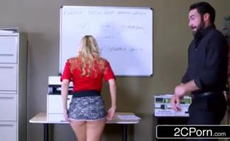 Mulher De Saia Fazendo Sexo