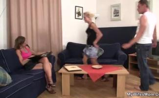 Mãe Quente Em Meias E Menina Flirty Em Vestido Sexy E Um Bumbum Plug