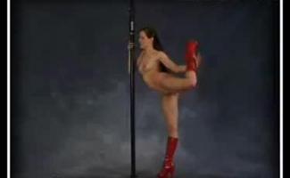 Borracho Tcheco Flexível Com Mamilos Inchados Mostra Seu Corpo