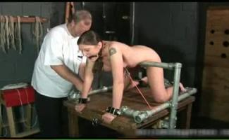 Escrava Morena Amarrada Para Uma Foda Kinky No Bar Público
