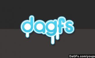 Mulher Dando Para Cachorros