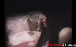 Borracho Adolescente Oriental Bonito Recebe Sua Buceta Familiarizada Com Vibrador