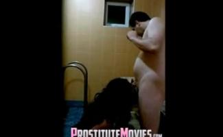 A Prostituta Asiática Está Recebendo Os Dedos Dedos E Depois Fodendo Seu Cliente Para Transformá-lo