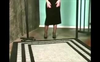 Mulher Loira Espalhando Sua Boceta Apertada No Sofá