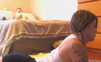 Adolescente De Pigtailed Queria Ser Impertinente, Então Ela Conseguiu Um Vibrador E Começou A Andar