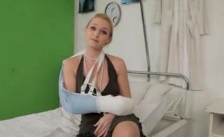 Enfermeira Loira Tatuada Está Ansiosamente Chupando O Pau Do Paciente E Levá-lo Dentro De Sua Buceta