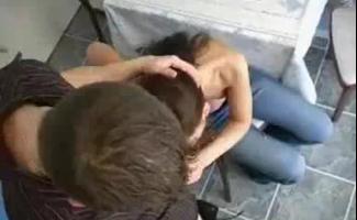 Sexy Morena Está Usando Um Vibrador Para Esfregar Sua Boceta Molhada, Enquanto Outro Cara Está Transando Com Ela.